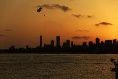 Paragraaf sailer tegen mumbaihorizon Stock Afbeeldingen