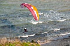 Paragraaf-zweefvliegtuigenvlieg langs de steile kust van de Oostzee royalty-vrije stock foto