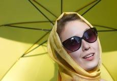 Paraguas amarillo de la muchacha Imagen de archivo