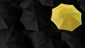 Paraguas amarillo entre oscuridad unas Fotografía de archivo
