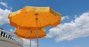 Paraguas amarillos de la playa Fotos de archivo libres de regalías