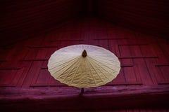 Paraguas antiguo en el templo tailandés imagenes de archivo