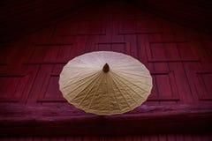 Paraguas antiguo en el templo tailandés imágenes de archivo libres de regalías