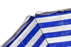 Paraguas azul y blanco aislado en el blanco que simboliza vacationing en verano Imagenes de archivo