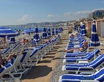 Paraguas azules en la playa en Niza Francia Imagenes de archivo
