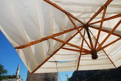 Paraguas blanco de la barra Imagenes de archivo