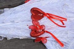 Paraguas blanco de la boda con los corazones del escarlata Foto de archivo libre de regalías