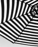 Paraguas blanco y negro Foto de archivo libre de regalías