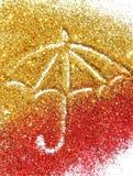 Paraguas borroso de la chispa de oro y roja del brillo en el fondo blanco fotos de archivo libres de regalías