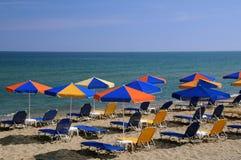 Paraguas brillantes en la playa Foto de archivo libre de regalías