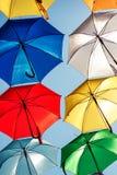 Paraguas coloreados adornados calle Imagen de archivo libre de regalías