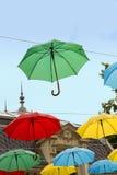 Paraguas coloreados multi contra el cielo azul Imagen de archivo
