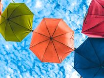 Paraguas colorido con el cielo claro en la opinión inferior del día soleado Foto de archivo