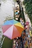 Paraguas colorido en el mercado flotante tailandés. Fotografía de archivo libre de regalías