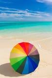 Paraguas colorido en la playa Fotos de archivo libres de regalías