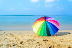 Paraguas colorido en la playa Imagen de archivo libre de regalías