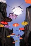 Paraguas coloridos con el cielo azul Foto de archivo libre de regalías