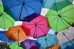 Paraguas coloridos con el cielo nublado Foto de archivo libre de regalías