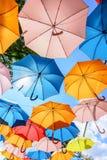 Paraguas coloridos de la ejecución bajo tiempo hermoso - tiempo de verano foto de archivo libre de regalías
