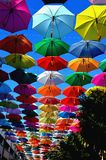Paraguas coloridos en el cielo Fondo fotografía de archivo