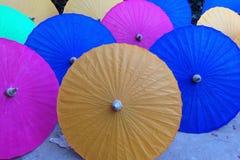 Paraguas coloridos hechos a mano en una fábrica en Myanmar Fotos de archivo libres de regalías