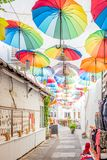 Paraguas coloridos que cuelgan abajo en las calles estrechas de Bodrum foto de archivo libre de regalías