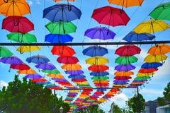 Paraguas coloridos que cuelgan como decoración Foto de archivo
