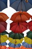 Paraguas coloridos que cuelgan en mediados de aire Fotos de archivo libres de regalías