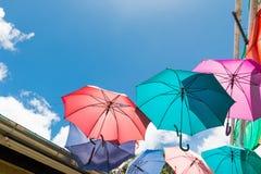 Paraguas coloridos que protegen la luz del sol Foto de archivo