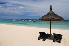 Paraguas con dos sillas en la playa Fotos de archivo