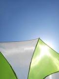 Paraguas con el cielo azul claro Fotografía de archivo