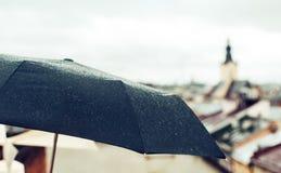 Paraguas con gotas de lluvia, suave-foco Imagen de archivo