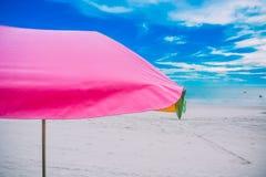 Paraguas con las sillas en fondo de la playa Fotos de archivo