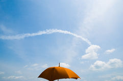 Paraguas contra ensayo de la nube Fotos de archivo