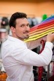 Paraguas de compra del hombre hermoso en el supermercado Imagen de archivo libre de regalías
