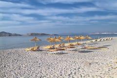 Paraguas de la caña en la playa de la tarde de la isla de Kos Foto de archivo libre de regalías