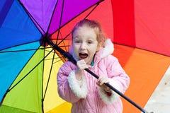 Paraguas de la explotación agrícola de la muchacha Fotografía de archivo libre de regalías