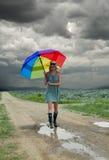 Paraguas de la muchacha y del arco iris Fotos de archivo libres de regalías