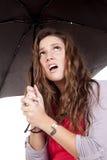 Paraguas de la mujer que parece para arriba frustrado Imagen de archivo libre de regalías