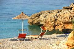 Paraguas de la paja en la playa Imagenes de archivo