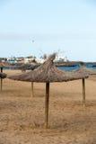 Paraguas de la paja en la playa Imagen de archivo