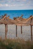 Paraguas de la paja en la playa del hotel Fotografía de archivo libre de regalías