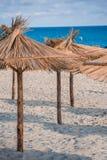 Paraguas de la paja en la playa del hotel Fotografía de archivo