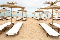 Paraguas de la paja en la playa soleada en Bulgaria Imagenes de archivo