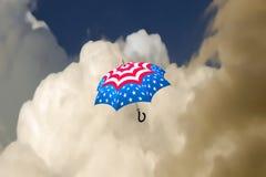 Paraguas de las estrellas y de las rayas del vuelo Imágenes de archivo libres de regalías