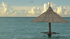 Paraguas de madera en el océano en los Maldivas Imagen de archivo