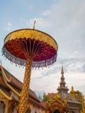 Paraguas de oro imagen de archivo libre de regalías