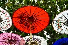 Paraguas de papel colorido que cuelga en el cielo imágenes de archivo libres de regalías