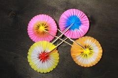 paraguas de papel para los cócteles en negro Fotografía de archivo libre de regalías