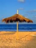 Paraguas de Parasolar en la playa Imagen de archivo